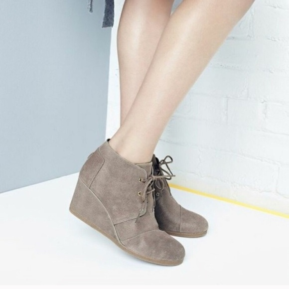 Toms Desert Wedges In Suede Taupe